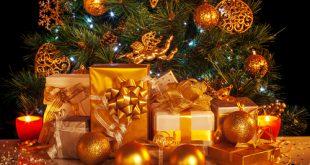 pochi pacchi regalo sotto l'albero
