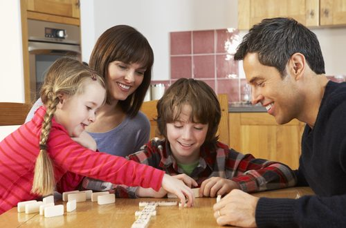 serata in famiglia con giochi da tavola