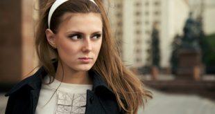 Amanti del vintage, torna trendy la fascia per capelli!