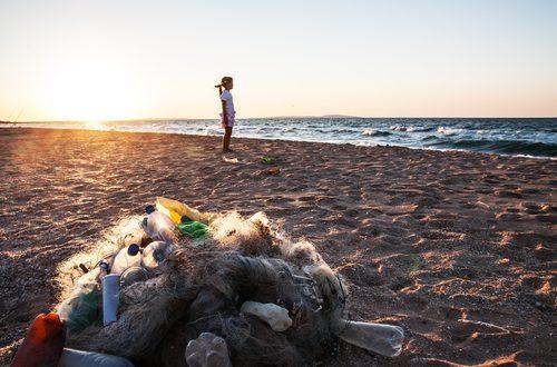 La plastica raccolta dalle spiagge diventa un flacone di shampoo: P&G premiata dall'ONU
