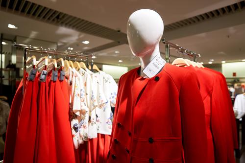 Biglietti nascosti tra gli abiti di Zara: la protesta dei
