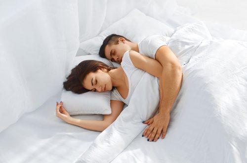 Coppia: la posizione durante il sonno dice molto di una coppia