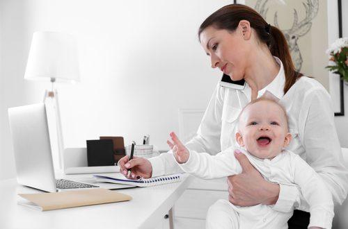 Mamma in difficoltà tra lavoro e figlio