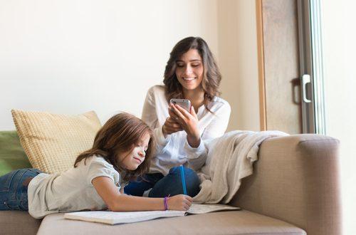 Smartphone e social: il cattivo esempio dei genitori