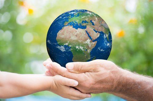 pianeta Terra nelle mani degli uomini