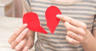 Ragazza tiene tra le mani un cuore spezzato simbolico