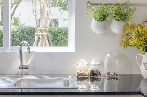Cucina con piante aromatiche ornamentali