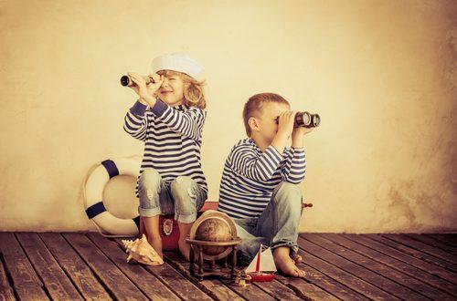 Bambini giocano a viaggiare