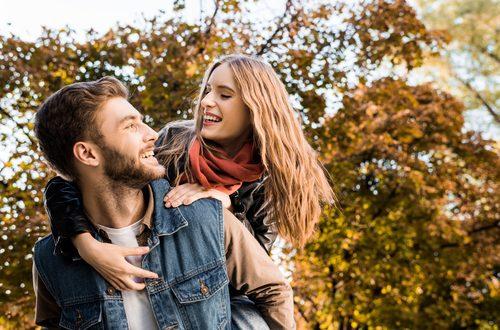Coppia felice si abbraccia ridendo