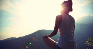 Ragazza in meditazione immersa nella natura