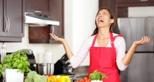 Donna in cucina affetta da sindrome da burnout