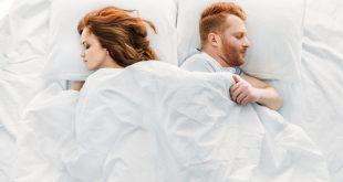 coppia che dorme nel letto