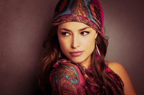 bella ragazza con foulard