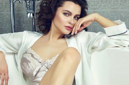 donna con lingerie di seta