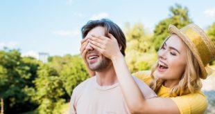 coppia felice con sorpresa per ragazzo