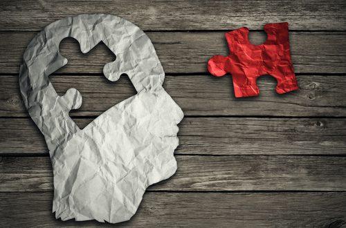 cervello come puzzle con tassello mancante