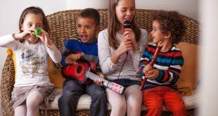 bambini suonano strumenti