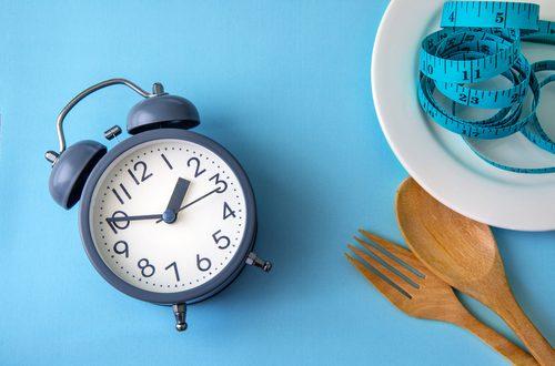 sveglia piatto e posate su tavolo