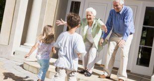 nipoti corrono verso nonni