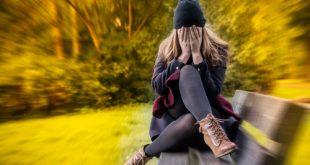 donna con attacco di panico su panchina