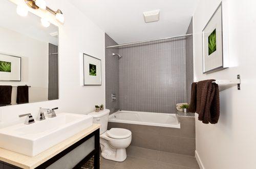 Bagno bianco con vasca e specchio