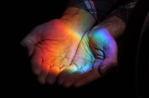 arcobaleno tra mani
