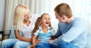 genitori parlano con la figlia