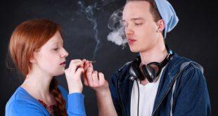 Due adolescenti fumano uno spinello