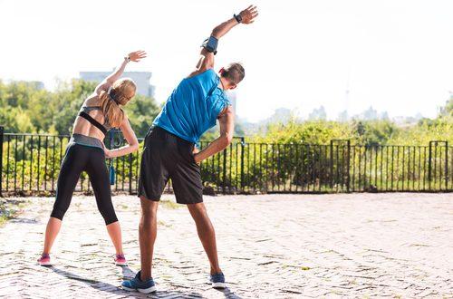 Coppia fa attività sportiva