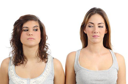 ragazze si guardano arrabbiate