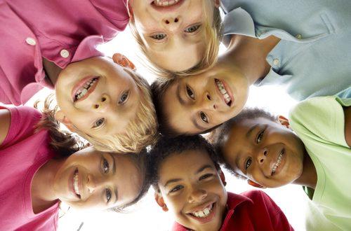 bambini etnie diverse insieme
