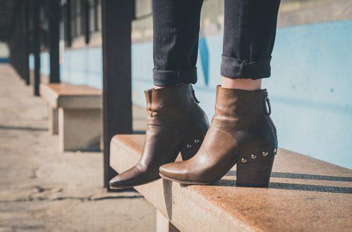stivali alla caviglia di pelle marrone con tacco