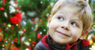 bambino guarda albero di natale