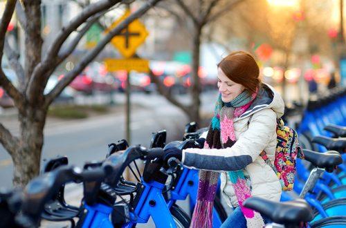 ragazza prende bici inverno giacca