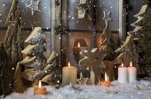 finestra di casa decorata con stencil e candele
