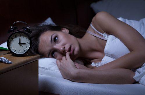 donna insonne non riesce a dormire