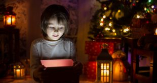 Bambina apre regalo Santa Lucia