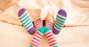 coppia a letto in inverno sotto lenzuola