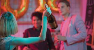 ragazzi a una festa con alcool