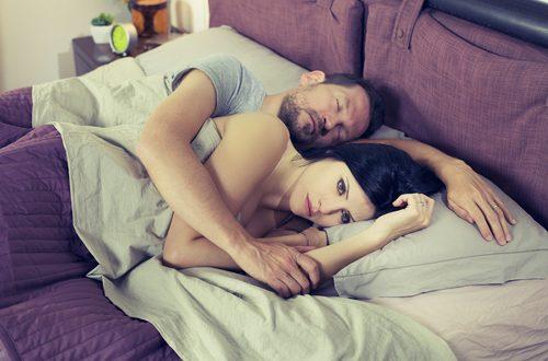 donna a letto con marito - disfunzioni sessuali