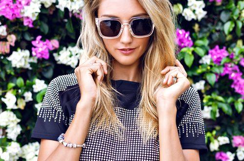 ragazza con occhiali da sole e vestito pois