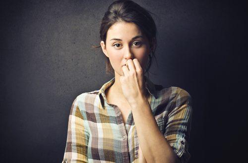 Mano sulla bocca: cosa simboleggia per il linguaggio del corpo?